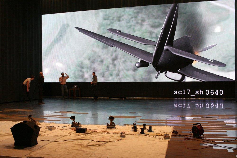 Ekran ledowy na scenie Teatru Muzycznego Roma, przygotowania do premiery musicalu Piloci